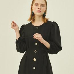 두께감 있는 퍼프 버튼 드레스